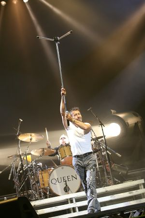 Queen w Paul Rodgers at the Coliseum Apr13-06 093.jpg