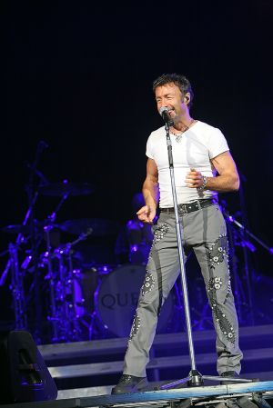 Queen w Paul Rodgers at the Coliseum Apr13-06 156.jpg